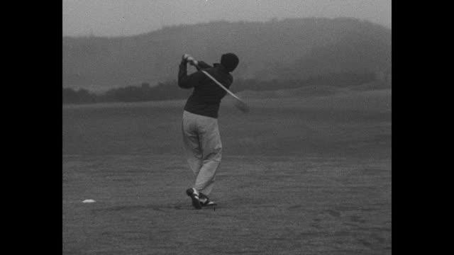 vídeos de stock, filmes e b-roll de gleneagles scot vs panning britain's female golf team seated and standing / ms us golfer patty berg selects golf club from bag / berg drives ball... - bolsa de golfe