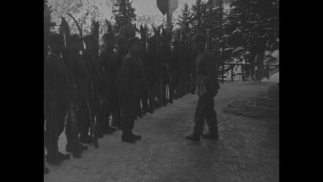 vidéos et rushes de hay foot ski foot bavarian alps soldiers of the snow famous reichswehr mountain troops start winter maneuvers at 30 below zero / german soldiers... - armée allemande