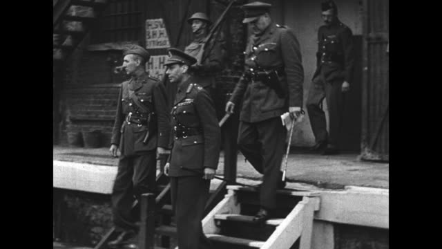 "vídeos y material grabado en eventos de stock de ""his majesty with the navy"" / montage king george vi arrives at london dockyards, salutes officer / montage king walks with military officers /... - batalla de inglaterra"