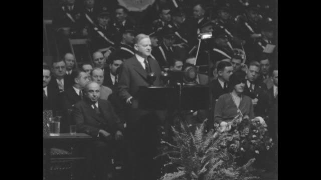 """vidéos et rushes de """"hoover hits political foes - president answers democratic charges in cleveland republican rally"""" / herbert hoover at podium at public hall with... - la grande dépression"""