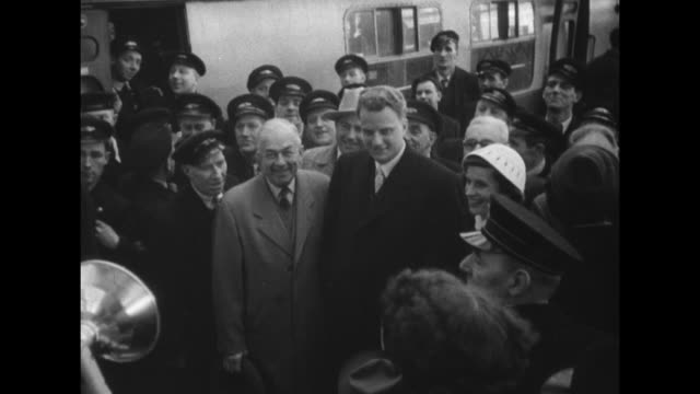 stockvideo's en b-roll-footage met huge london crowds hail billy graham superimposed over billy graham and wife ruth / large crowd as train arrives at station / larger crowd running... - druk spanning