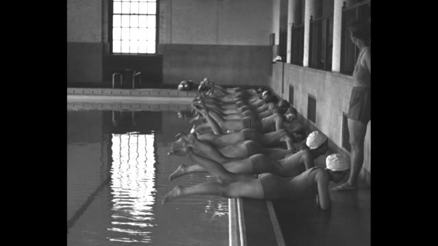 vídeos de stock, filmes e b-roll de if smith college girls fail in this course they're sunk fair students try for swimming degree at northampton mass / vs prone girls at the side of an... - touca de natação