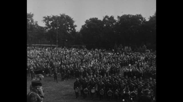 title card in german / brown shirts in formation on field / brown shirt fife and drum corps approaches passes camera with drum major in lead / note... - braun stock-videos und b-roll-filmmaterial
