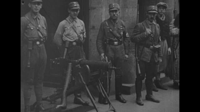title card in german / vs sa and ss troops with machine gun outside the trade union building in munich - machine gun stock videos & royalty-free footage