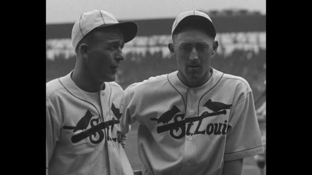 vídeos de stock e filmes b-roll de jim bottomley and chick hafey cardinals players / cu sots bottomley and hafey of st louis cardinals / title card burleigh grimes veteran cardinals... - camisola de basebol