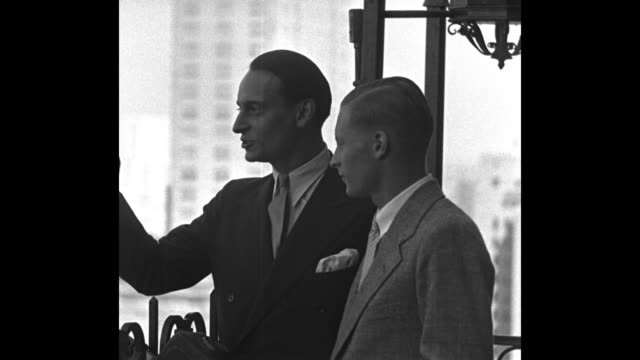 kaiser's grandsons on tour of america prince louis ferdinand of prussia shows his brother prince frederick points of interest from ny hotel roof /... - prinz königliche persönlichkeit stock-videos und b-roll-filmmaterial