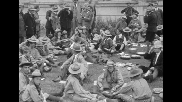 """king alphonso talks with boy scout officials"" / boy scouts sitting around on ground / alfonso xiii talking with boy scout officials / note: exact... - demokrati bildbanksvideor och videomaterial från bakom kulisserna"