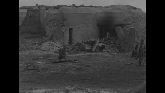 latest pictures battle in france / vs beach at normandy soldiers climbing over barbed wire and up a small sand dune / vs a burning german pillbox /... - normandie stock-videos und b-roll-filmmaterial