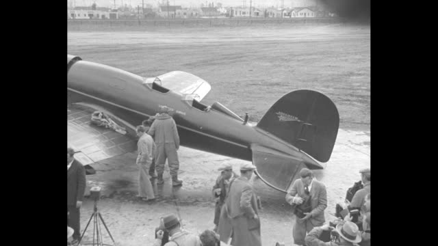 vídeos de stock e filmes b-roll de lindbergh tests his new airplane burbank cal america's ace accompanied by wife takes first flight in latest type cruiser / looking down on charles... - óculos protetores de aviador