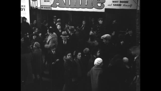 """""""little orphan annie comes to chicago - record crowd attends premiere of popular favorite at state-lake theater"""" / crowd outside theater / heads and... - filmpremiere stock-videos und b-roll-filmmaterial"""