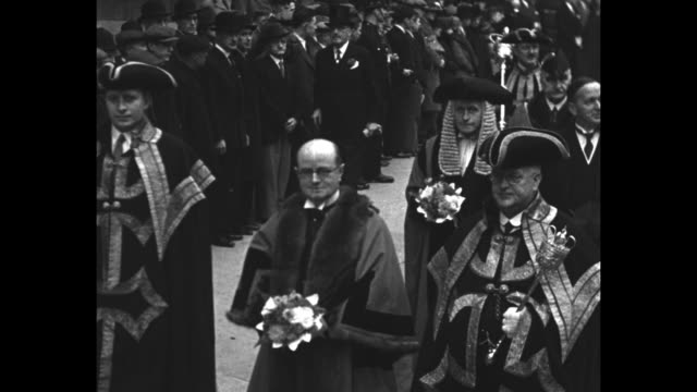 "vídeos de stock e filmes b-roll de city fathers proceed to guildhall to choose sir percy greenway with pageantry of dick whittington's time"" / procession of london's city fathers... - realeza"