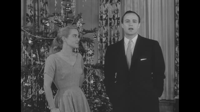 looking ahead to christmas / marlon brando and his sister jocelyn stand in front of large christmas tree holding scripts, they decide they do not... - entscheidung stock-videos und b-roll-filmmaterial
