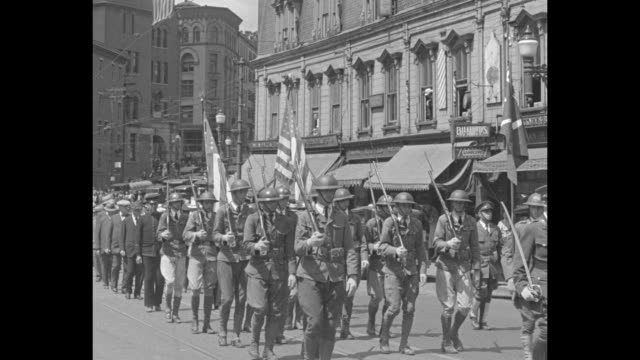 vídeos de stock, filmes e b-roll de maine hails heroes of '61 / parade of military men and veterans marching slowly down city street american flags / veterans walking in parade two... - exército da união