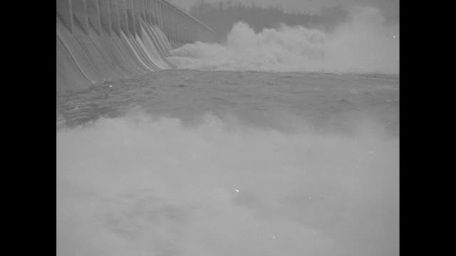 "vidéos et rushes de ""man-made niagara saves great dam, conowingo, md. - spillways loose millions of gallons to relieve water pressure on $52 000 work"" / conowingo dam,... - maryland état"