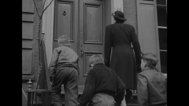 """vidéos et rushes de """"manpower - urge job seekers avoid war centers"""" / scores of people crossing street / man exits taxi cab and it drives away from curb / a weary mother... - endurance"""
