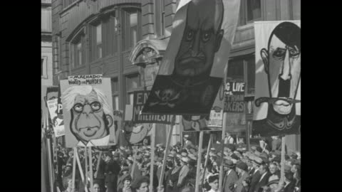 """vidéos et rushes de """"may day over the world"""" / high angle shot of people gathered in new york city for may day / communist party marchers in nyc with hammer and sickle... - moscow russia"""