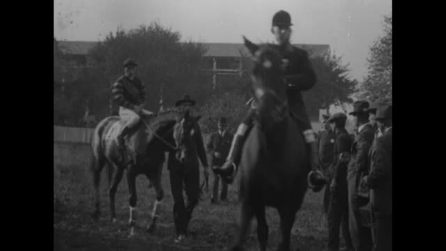 media pa throngs greet the conquering steed man o' war the wonderhorse of the day is proudly exhibited before big crowds / man leads man o' war and... - horse blanket stock videos & royalty-free footage