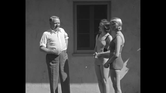 vidéos et rushes de mr fields explains… hollywood california comedian tells all to chorus committee 2 'leg trust' starlets learn a few modest tricks on the social order... - bavardage