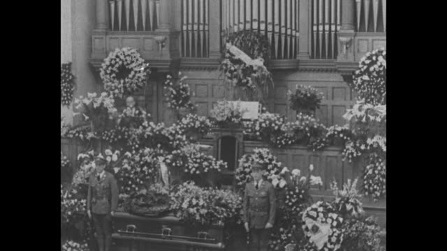 """vidéos et rushes de """"nation pay last tribute to coolidge - led by president hoover, thousands attend rites at northampton"""" / vs a crowd of thousands with the motorcade... - northampton"""