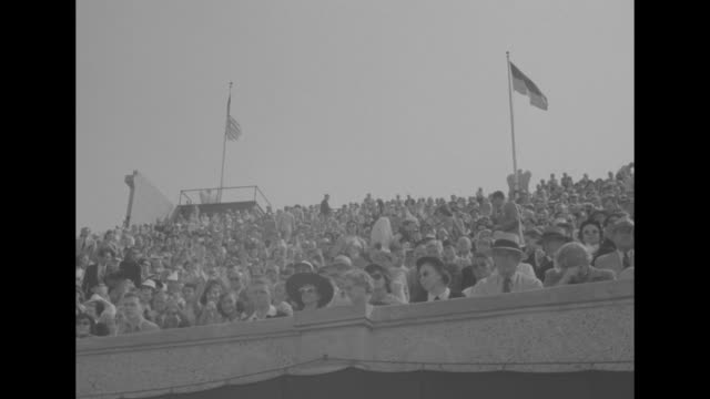 "vidéos et rushes de ""national tennis finals"" / title superimposed on tennis court, ""frank sedgman wins men's singles title"" / people in grandstands with american flags /... - en individuel"