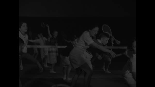 news flashes from everywhere / title paris superimposed over french tennis player suzanne lenglen demonstrating tennis strokes to group of children /... - backhand bildbanksvideor och videomaterial från bakom kulisserna