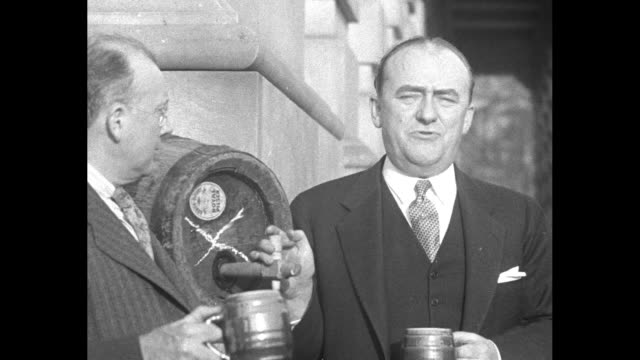 news flashes / us congressmen who voted in favor of legalizing 32 percent beer enjoy a beer outside the us capitol at a photo opportunity l to r... - 禁酒法点の映像素材/bロール