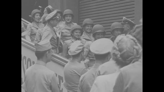 "vídeos de stock e filmes b-roll de ""on duty - first wacs arrive in central pacific"" / wacs in military uniforms walk down gangway from ship and are greeted by male soldiers on dock /... - pacific war"
