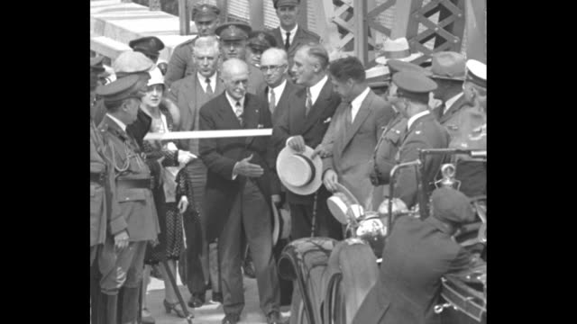 open new span over champlain crown point ny govs roosevelt ny and weeks vt meet on bridge / ny governor franklin roosevelt holding a cane and the arm... - 長点の映像素材/bロール