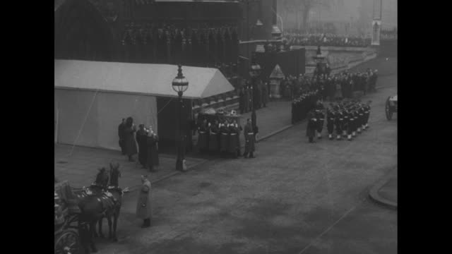 pathe news / title card the last journey superimposed over coffin / soldiers and sailors standing at attention outside westminster hall pan to... - 1952 bildbanksvideor och videomaterial från bakom kulisserna