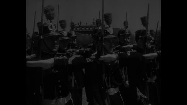 vidéos et rushes de people in the news / title france bids ike goodbye superimposed over ls of esplanade des invalides with general dwight d eisenhower entering and... - général grade militaire