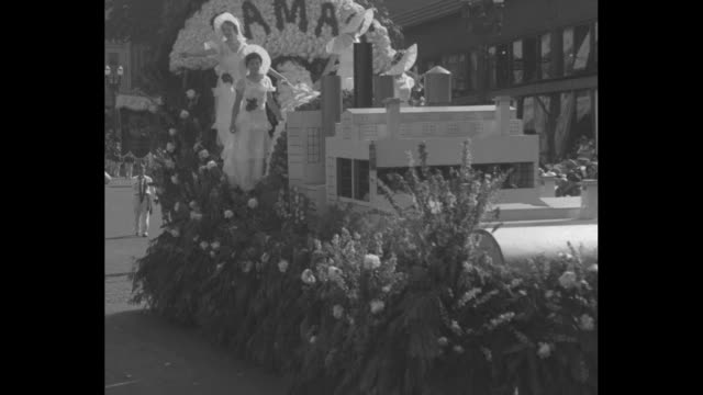 """vidéos et rushes de """"portland rose fete! parade of gorgeous floats proves oregon without real as producer of beautiful buds"""" / a float depicting a boat, """"first national... - miss"""