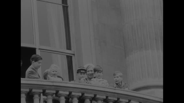 stockvideo's en b-roll-footage met ñqueen honors troops of the commonwealthî superimposed over officer saluting queen elizabeth / queen elizabeth ii and prince philip descending steps... - sri lankaanse cultuur