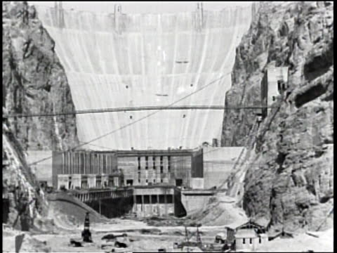 vídeos de stock, filmes e b-roll de boulder dam a symbol / boulder dam was dedicated in 1935 by president roosevelt / arial view of boulder or hoover dam / people gathered at... - represa hoover