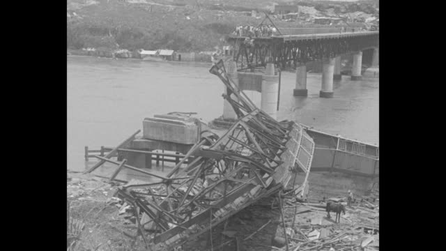 rebuild stricken city santo domingo hurricane survivors begin weary task of reconstruction as island where 5000 died counts disaster's cost / men... - サントドミンゴ点の映像素材/bロール
