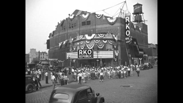 rko presents the new republic theater / vs crowd standing before rkorepublic theatre festooned with bunting / light traffic with the williamsburg... - 1937 stock-videos und b-roll-filmmaterial