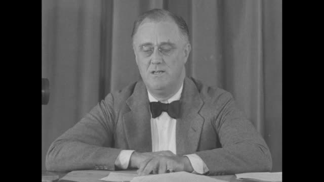 "vídeos de stock, filmes e b-roll de ""roosevelt reviews new deal!"" / two shots of pres. franklin roosevelt, wearing pince nez and a bow tie, sitting at desk speaking to camera in a... - gravata borboleta"