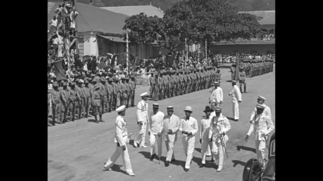 vídeos y material grabado en eventos de stock de roosevelt tours us possessions / us pres franklin roosevelt with other dignitaries and navy officers walking down street soldiers at attention along... - estribo de coche