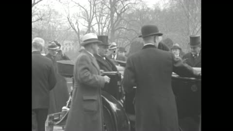 """vidéos et rushes de """"roosevelt's first official act as president is review of spectacular inaugural parade"""" / vs presidential motorcade proceeding toward camera along... - chapeau"""