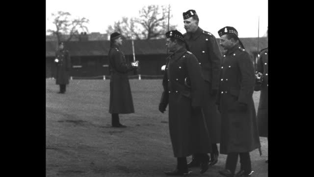 vidéos et rushes de salute royal colonel catterickprince of wales inspects scots fusiliers returned from far east famous regiment marches past its colonelinchief /... - baïonnette
