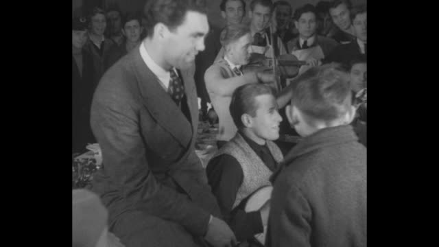"""vidéos et rushes de """"schmeling helps kids. berlin — world's heavyweight boxing champ throws a party for the poor children of berlin """" / boxing champ max schmeling sits... - sapin de noël"""