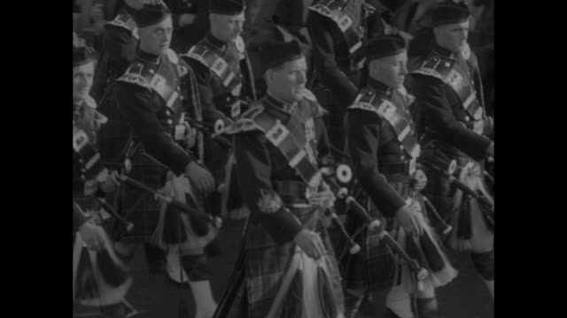 """scots have fling! dunoon - it's a bonnie sight! thousands watch strong laddies and graceful lassies perform at cowal highland games."" / parade of... - scottish culture bildbanksvideor och videomaterial från bakom kulisserna"