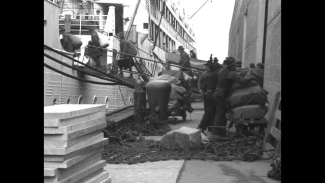 vidéos et rushes de soldiers sail for far east to guard pacific outposts army transport leaves san francisco calif en route to manila pi with 1000 regulars / soldiers... - embarquer