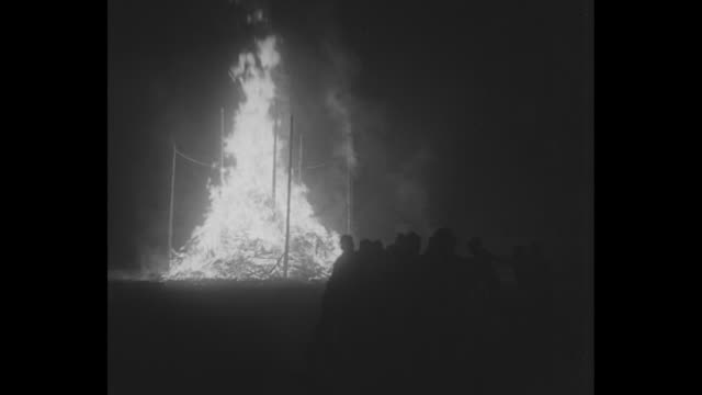 """students burn with whoopee, corvallis - oregon state boys light big blaze at homecoming celebration"" / students holding hands walk in line around... - vedbrasa bildbanksvideor och videomaterial från bakom kulisserna"