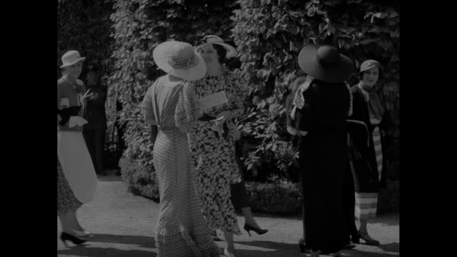 """vídeos de stock e filmes b-roll de """"summer styles make debut at belmont races"""" / high angle view of hundreds of people at belmont park / group of women in lightweight summer attire by... - lightweight"""