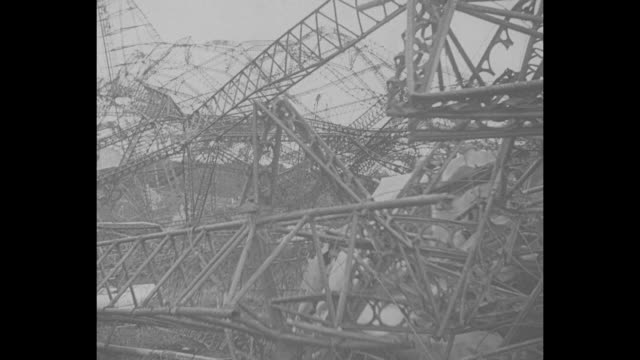the charred skeleton of britain's sky monarch / twisted wreckage with light smoke / view of remaining structure of the craft's nose seen from inside... - absturz von r101 stock-videos und b-roll-filmmaterial