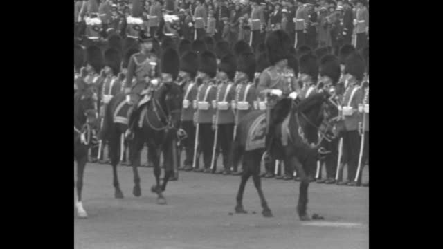 tribute to their king london the country's military salute 'trooping of colors' makes 67th birthday of king george v / group of grenadier guards... - 近衛兵点の映像素材/bロール