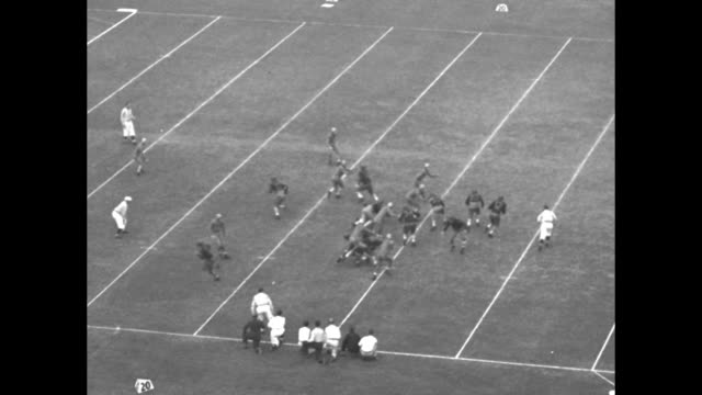 vídeos de stock e filmes b-roll de u s c beats washington / vs game in progress including completed passes interceptions touchdown runs for gain interspersed with cutaways of enthused... - universidade de washington