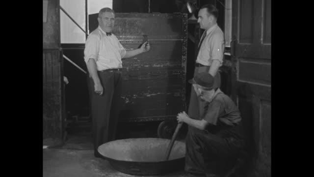 "vídeos y material grabado en eventos de stock de destroys millions in cash, government disposes of worn-out bills worth $1 000, grinding them to pulp in macerator in washington"" / two men standing... - 1930"
