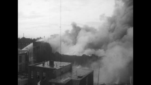stockvideo's en b-roll-footage met us news / title 250 firemen fight 10alarm brooklyn fire superimposed over clouds of smoke water spraying from roof from fire in greenpoint section of... - fire hose