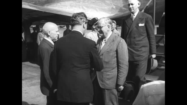 wash dc fdr greets new pres of iceland / ms iceland president sveinn bjornsson deplanes icelandic foreign minister vilhjalmur thor deplanes behind... - 1944 stock-videos und b-roll-filmmaterial